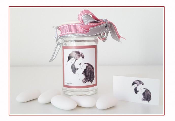 Barattolino di vetro porta confetti completo di etichetta adesiva personalizzata con ritratto fedele di sposi che si baciano