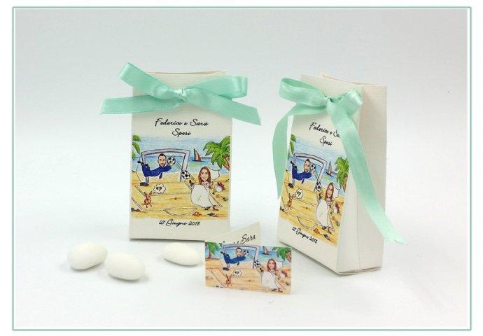 Scatolina porta confetti a sacchetto, personalizzata con scenetta caricatura fedele di sposi con cagnolino in spiaggia