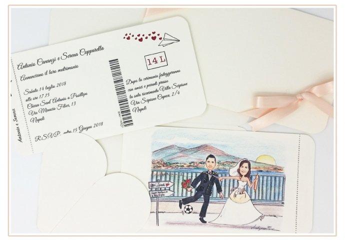 Partecipazione matrimonio voucher con pattella con disegno caricatura fedele di sposa che tira lo sposo in divisa dalla cravatta. Nello sfondo il Golfo di Napoli