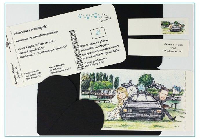 Partecipazione matrimonio voucher con pattella con disegno caricatura fedele di sposi in macchina. Nello sfondo la Location