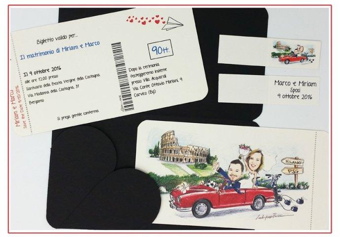 Partecipazione matrimonio voucher con pattella con disegno caricatura fedele di sposi su auto rossa con colosseo