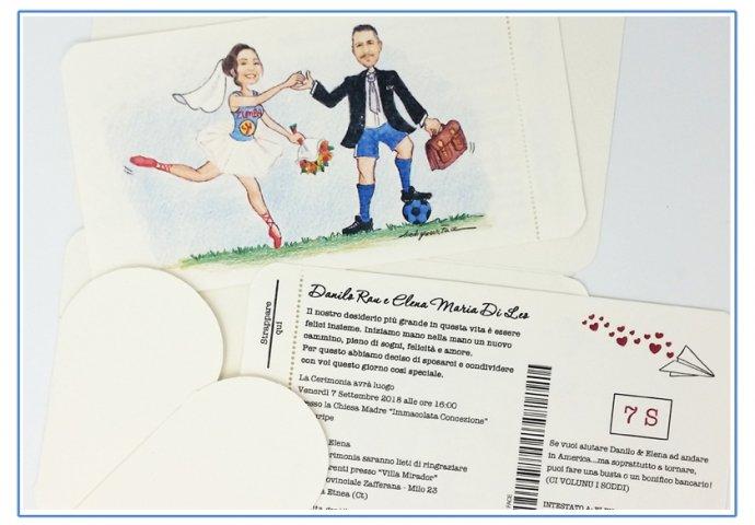 Partecipazione matrimonio voucher con pattella con disegno caricatura fedele di sposa in tenuta da ballerina che si appoggia allo sposo in tenuta da calcio con valigiotto