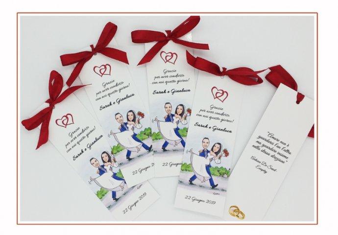 Segnalibro/segnaposto personalizzato con stampa disegno caricatura fedele di sposa in braccio allo sposo e nel retro il testo fornito dagli sposi.