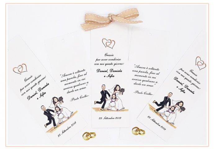 Segnalibro/segnaposto personalizzato con disegno in stile Loch di sposo tirato per mano dalla sposa e dalla figlioletta in un paesaggio marittimo caraibico. Nel retro un testo fornito dagli sposi.