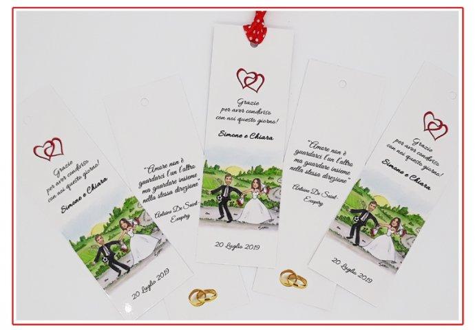 Segnalibro/segnaposto personalizzato con disegno caricatura fedele di sposa che trascina per la mano lo sposo che vorrebbe giocare a calcio. Nel retro un testo fornito dagli sposi.