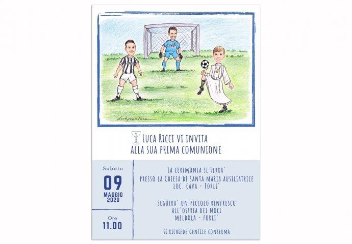 Invito Comunione digitale personalizzato con scenetta di bambino che gioca a calcio con calciatori