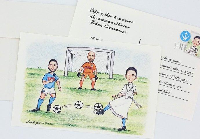 Invito a cartolina per comunione personalizzato con scenetta in stile caricatura fedele di bambino in tunica che palleggia con i suoi idoli del calcio
