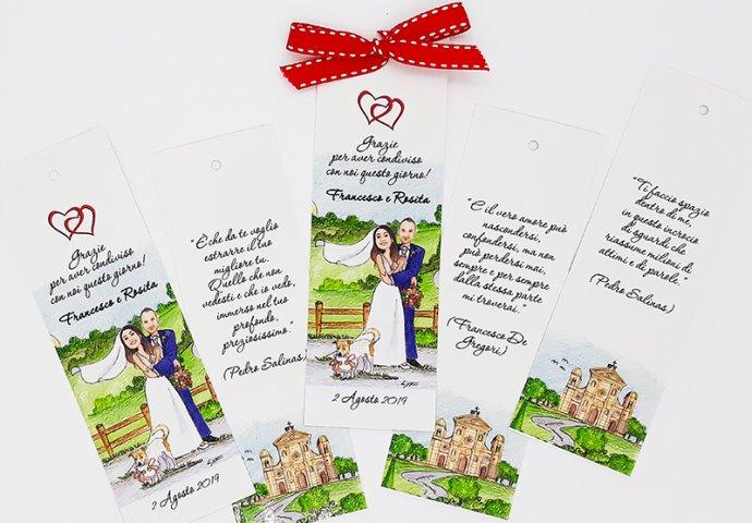 Segnalibro/segnaposto personalizzato con stampa disegno caricatura fedele di sposi teneramente abbracciati in compagnia del loro cagnolino e nel retro il testo fornito dagli sposi e il disegno della Chiesa