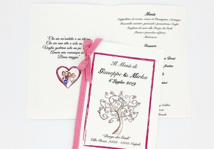 Menu'personalizzato con la stampa sul fronte dell'albero della vita e i testi e all'interno la stampa del disegno in stile caricatura fedele degli sposi con le figlie.