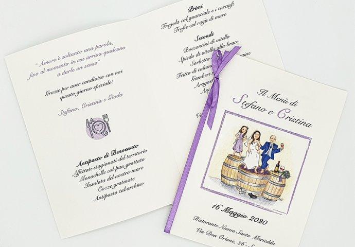 Menu'personalizzato con stampa testo e disegno caricatura fedele di sposi che ballano pigiando l'uva insieme alla loro figlioletta impaziente