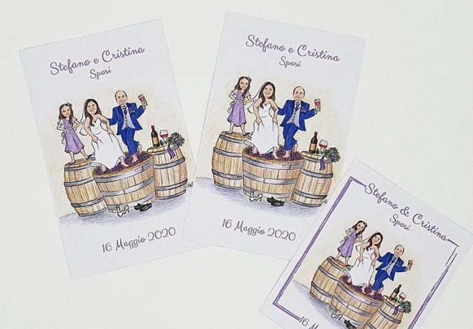 Etichette adesive disponibili nei formati richiesti con stampa disegno sposi e testi, realizzate per personalizzare bottiglie di vino.