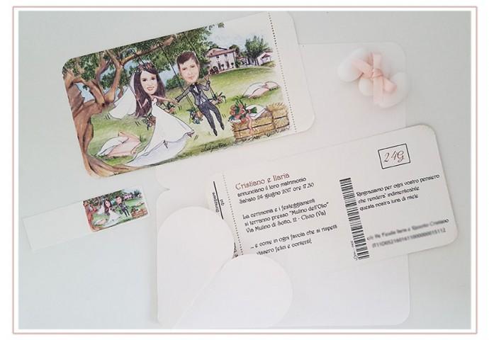 Partecipazione nozze voucher con pattella con disegno caricatura fedele di sposi su altalena con sfondo location ricevimento