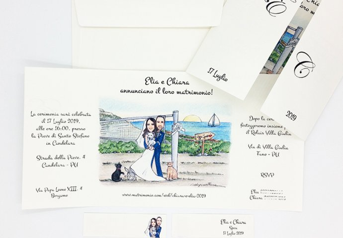 Partecipazione nozze finestra con disegno caricatura fedele di sposi abbracciati insieme ai loro amici a 4 zampe. Nello sfondo la rete da pallavolo e il mare