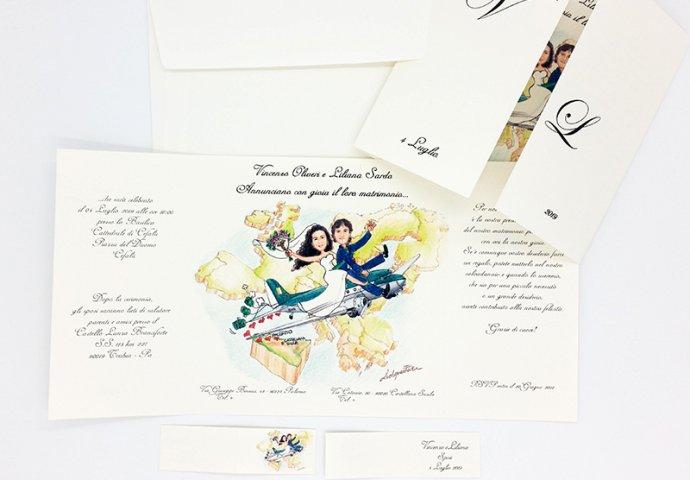 Partecipazione nozze finestra con disegno caricatura fedele di sposi sull'aereo che viaggiano