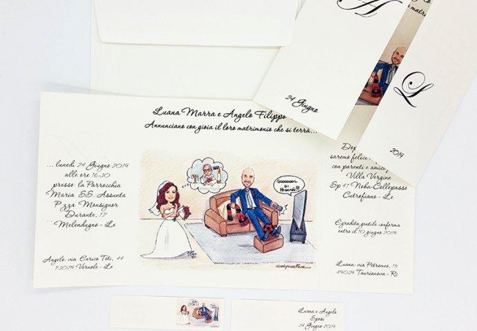 Partecipazione nozze finestra con disegno caricatura fedele di sposa che attende lo sposo che guarda il calcio