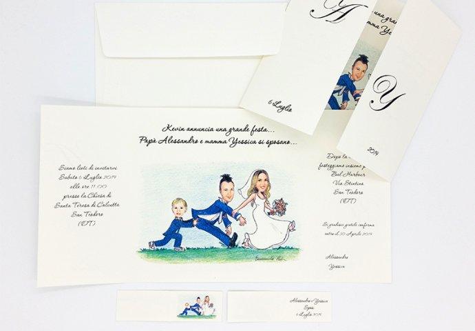 Partecipazione nozze finestra con disegno caricatura fedele di sposa che trascina lo sposo a sua volta spinto dal figlio