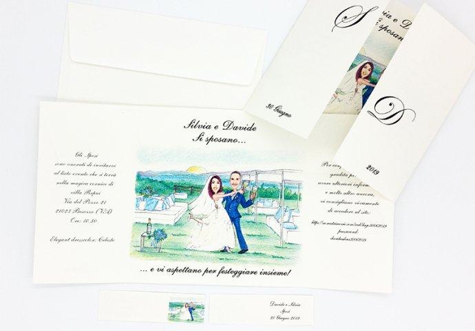 Partecipazione nozze finestra con disegno caricatura fedele di sposi che ballono e brindano nella loro location con vista mare