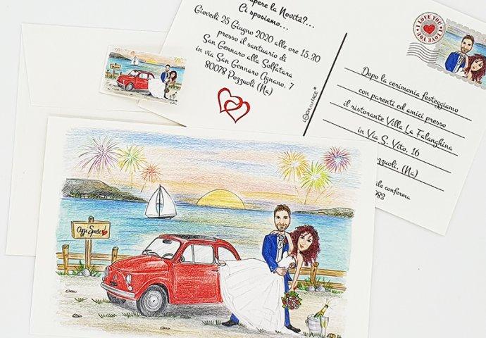 Partecipazione nozze stile cartolina con disegno caricatura fedele di sposi abbracciati in un casquet vicino alla loro 500 rossa e nello sfondo il mare con i fuochi d'artificio.