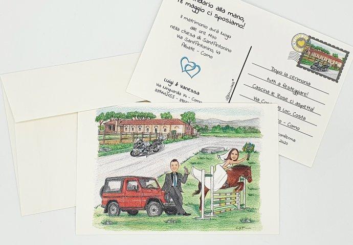 Partecipazione nozze stile cartolina con disegno caricatura fedele di sposa che va a cavallo e sposo che l'attende appoggiato al suo fuori strada. Nello sfondo la moto e il maneggio.