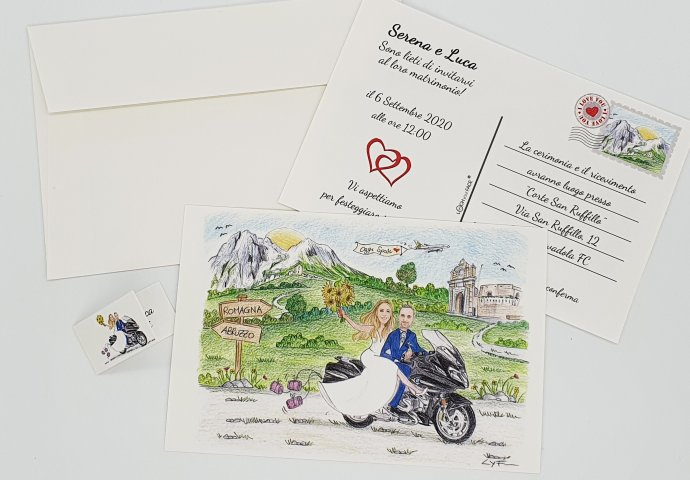 Partecipazione nozze stile cartolina con disegno caricatura fedele di sposi in moto. Nello sfondo la chiesa e le montagne