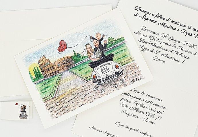Partecipazione nozze standard con disegno in Stile Loch di sposi con figlio su un maggiolone parcheggiato davanti al Colosseo.