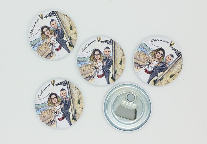 Calamita tonda apribottiglia personalizzata con disegni Sposi e testo