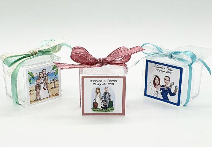 Scatoline in plexiglas complete di etichette adesive personalizzate con disegni sposi