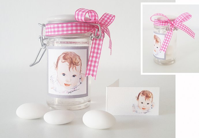 Barattolino porta confetti in vetro con etichetta adesiva e bigliettino bomboniera personalizzati con disegno bimba stile ritratto fedele