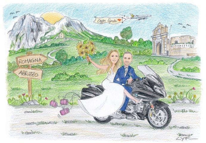 Disegno caricatura fedele di sposi che sfrecciano felice in moto. Nello sfondo a sinistra le montagne dell'Abruzzo e a destra la porta di Schiavonia che simboleggia la città di Forlì dove si dirigono per sposarsi.