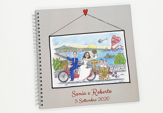 Guestbook con rilegatura a spirale e stampa disegno caricatura fedele di sposi in tandem che trainano la figlioletta sul carretto siciliano. Nello sfondo sul lato sinistro l'Etna e il mare con qualche scoglio.