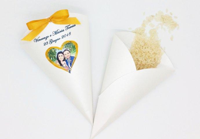 Cono di Riso personalizzato con un dettaglio disegno sposi realizzato su misura
