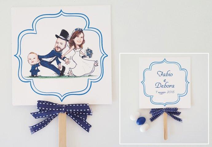 Ventaglio personalizzato sul fronte con stampa disegno caricatura fedele di sposa che trascina lo sposo con bimbo che lo spinge e testo sul retro