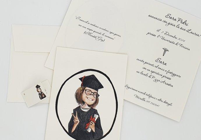 Invito standard con disegno in stile Loch ragazza laureata
