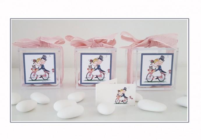 Scatolina in plexiglas completa di etichetta adesiva con disegno scenetta caricatura fedele di sposi in bicicletta con gatto
